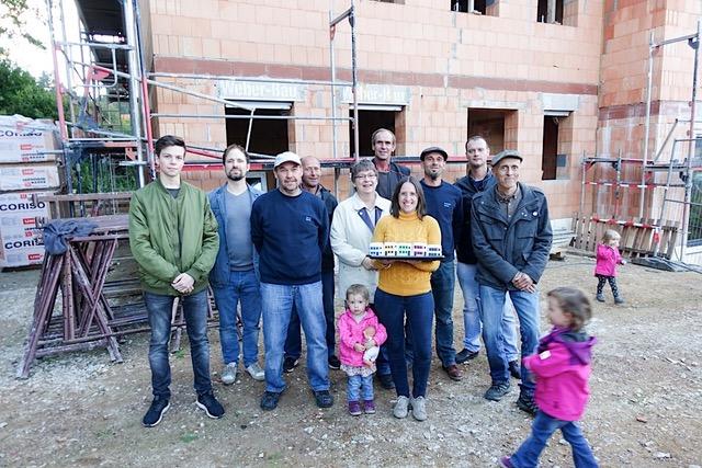 """Team Weber-Bau freut sich beim Richtfest über den leckeren """"Reihenhaus-Kuchen"""""""